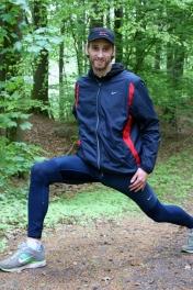 ein sehr gayer Typ in gayn Hosen im Wald